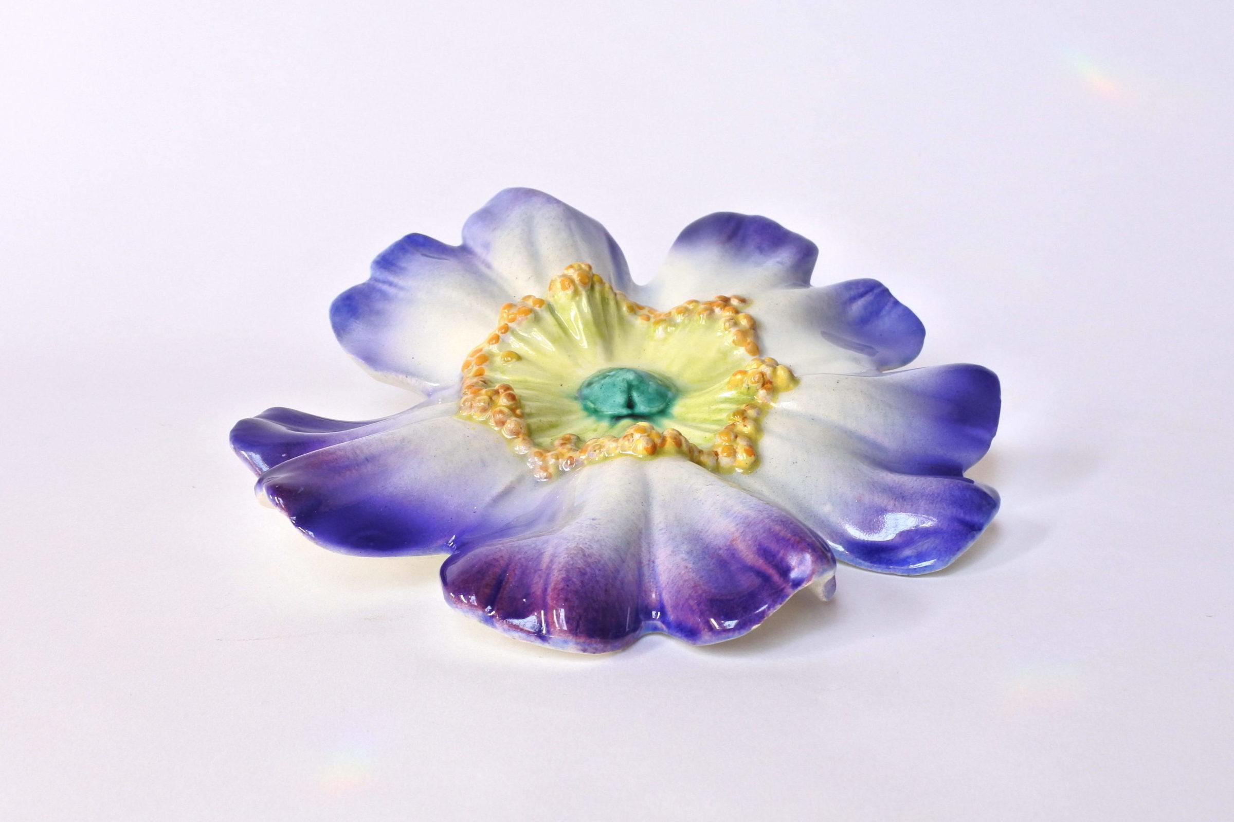 Portafiori da muro in ceramica barbotine a forma di rosa canina blu - Massier - 2
