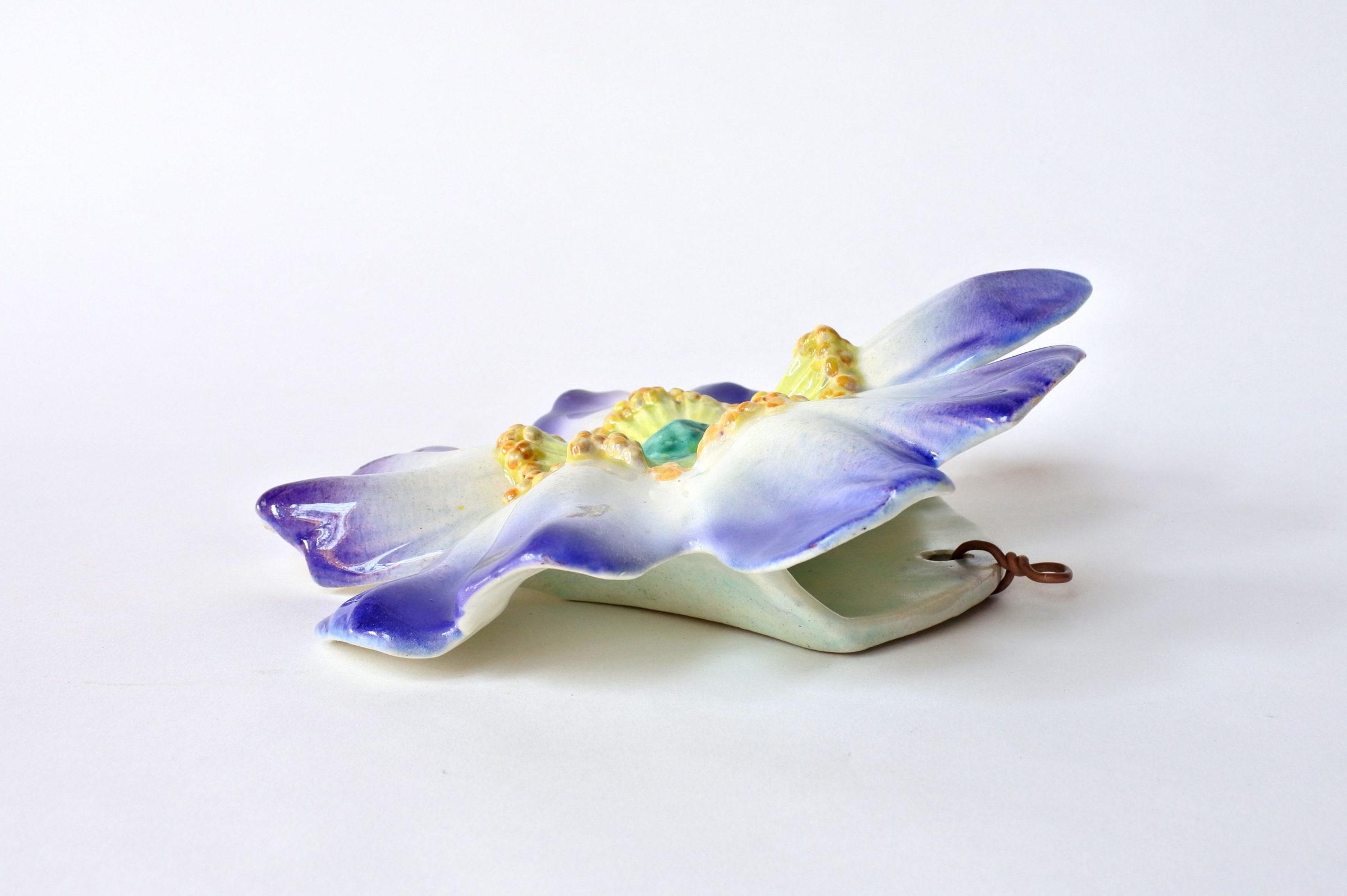 Portafiori da muro in ceramica barbotine a forma di rosa canina blu - Massier - 3