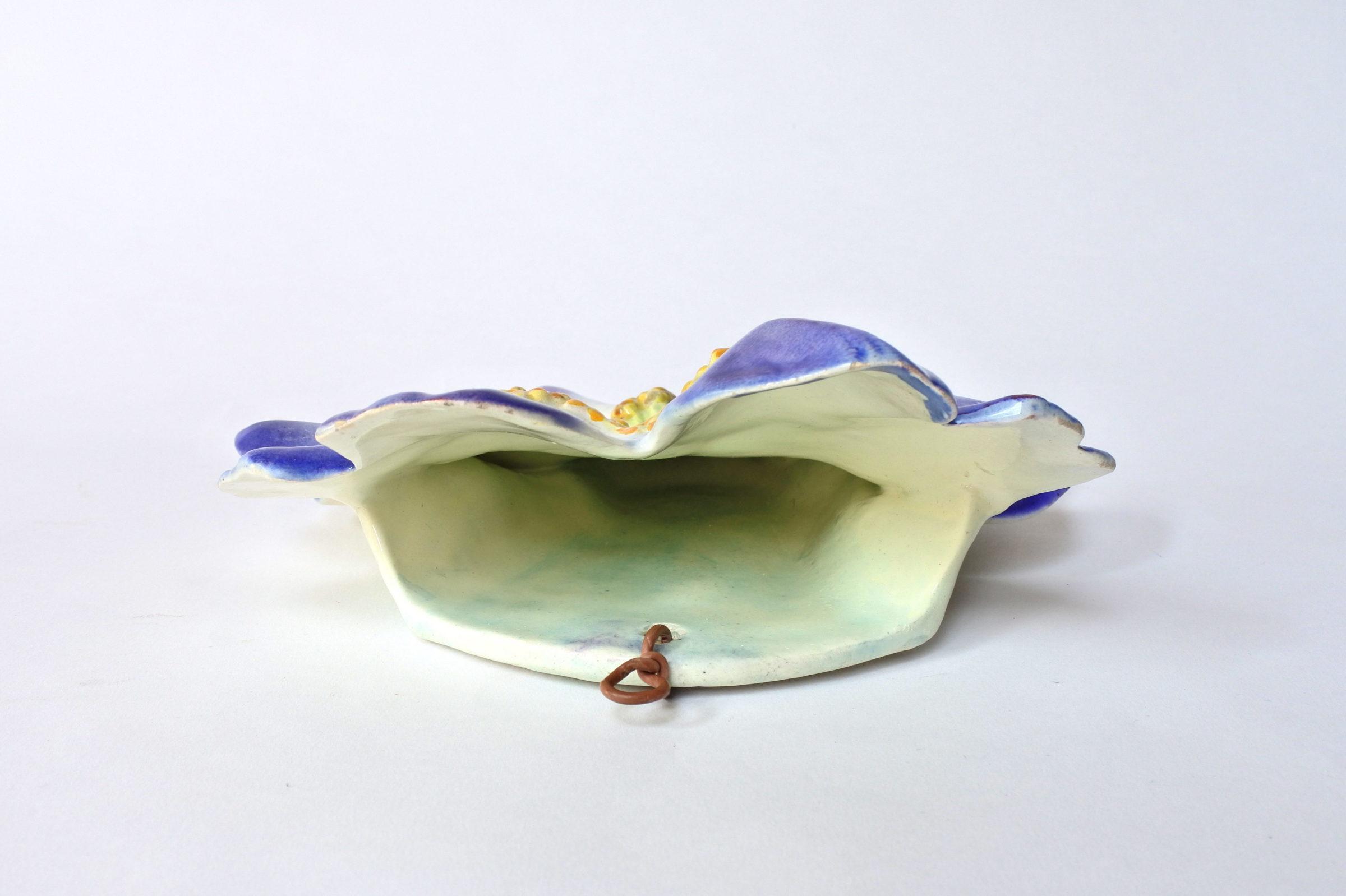 Portafiori da muro in ceramica barbotine a forma di rosa canina blu - Massier - 4