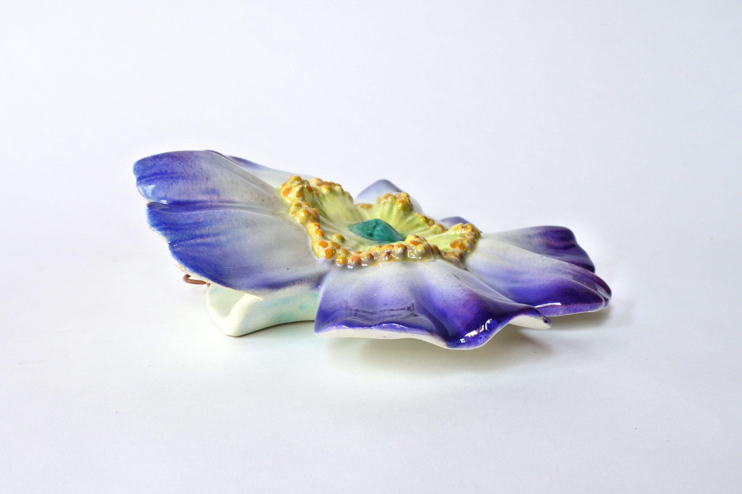 Portafiori da muro in ceramica barbotine a forma di rosa canina blu - Massier - 5