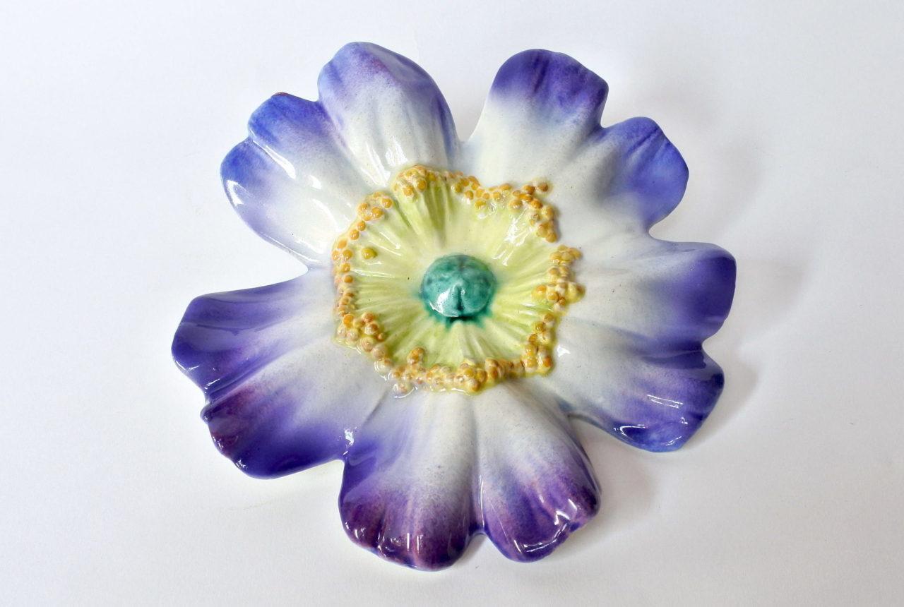 Portafiori da muro in ceramica barbotine a forma di rosa canina blu - Massier