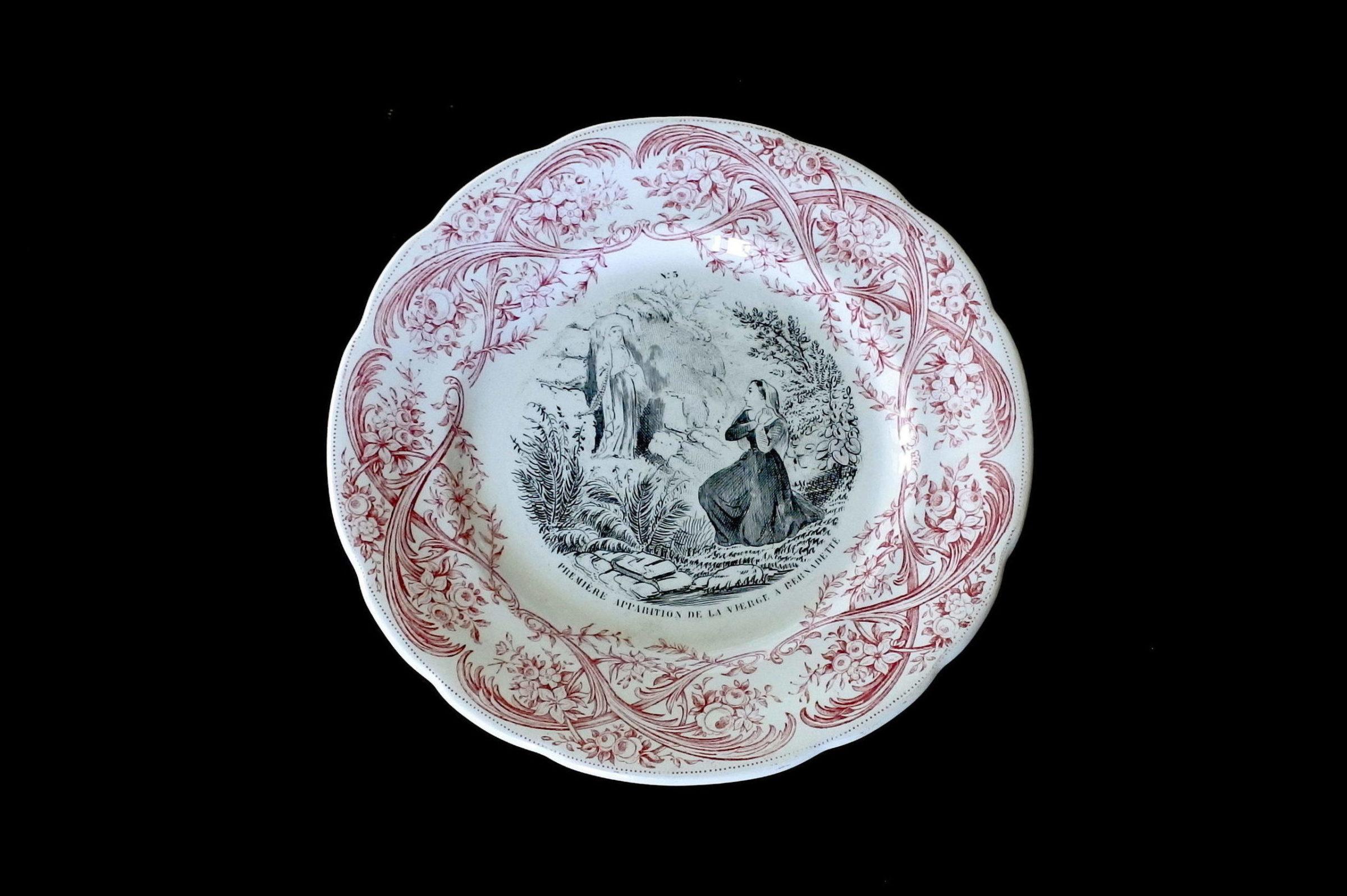 Serie completa di 12 piatti in ceramica dedicati alla vita di Bernadette - 4