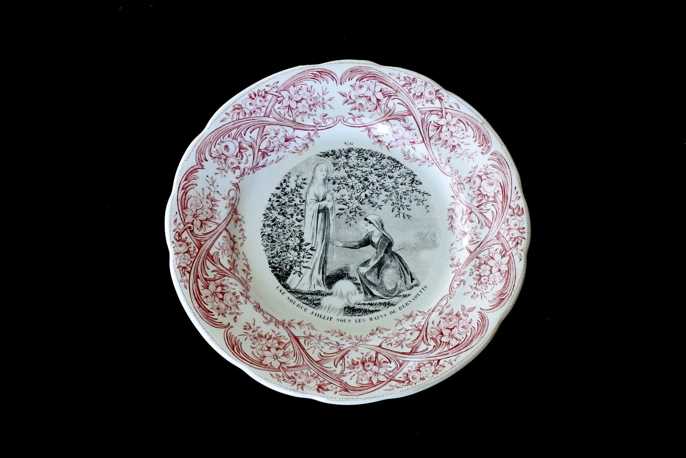 Serie completa di 12 piatti in ceramica dedicati alla vita di Bernadette - 7