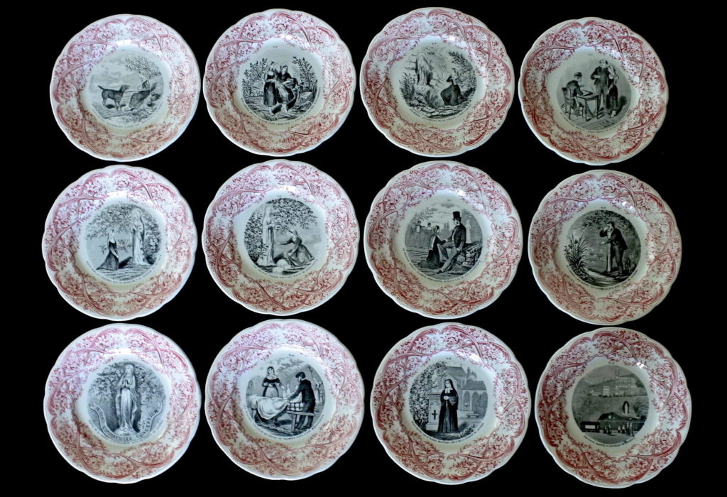 Serie completa di 12 piatti in ceramica dedicati alla vita di Bernadette