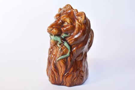 Brocca in ceramica barbotine a forma di leone con lucertola