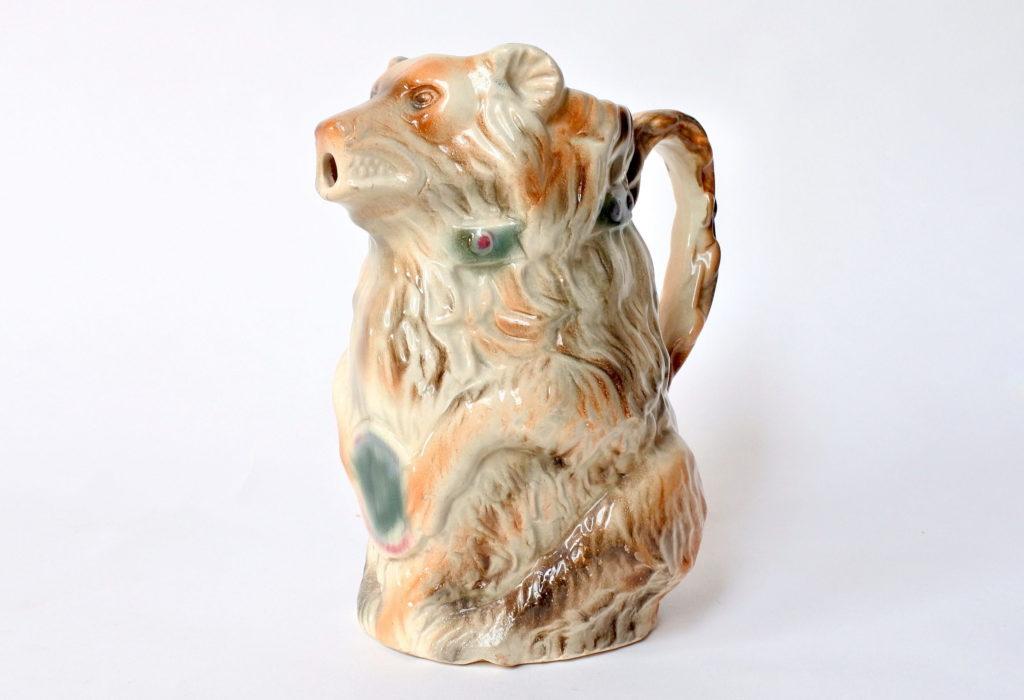 Brocca in ceramica barbotine a forma di orso con tamburo