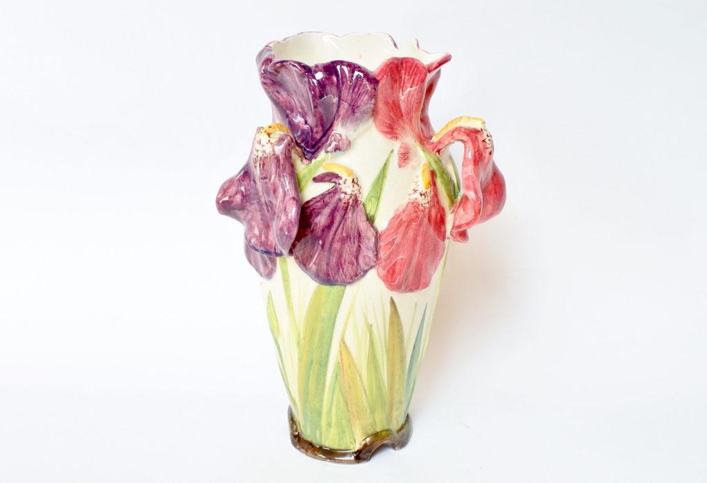 Vaso Massier in ceramica barbotine decorato con tre iris di colori differenti