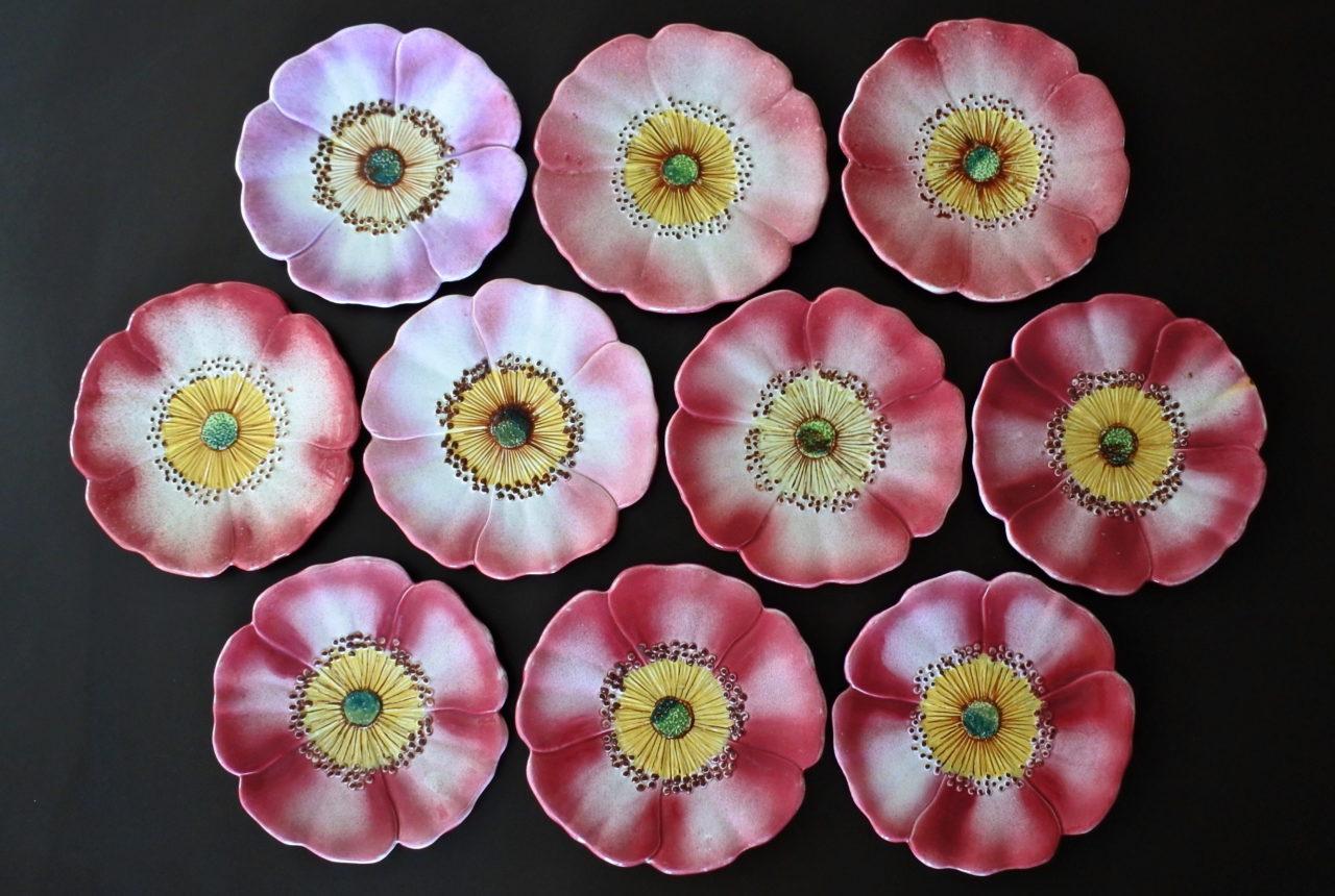 10 piatti Massier in ceramica barbotine a forma di rosa canina - Églantine