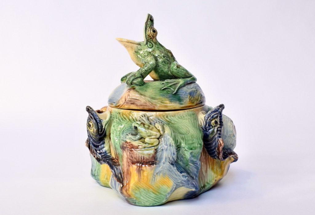 Contenitore in ceramica barbotine in stile Palissy con rane - pesci - tartaruga - cervo volante