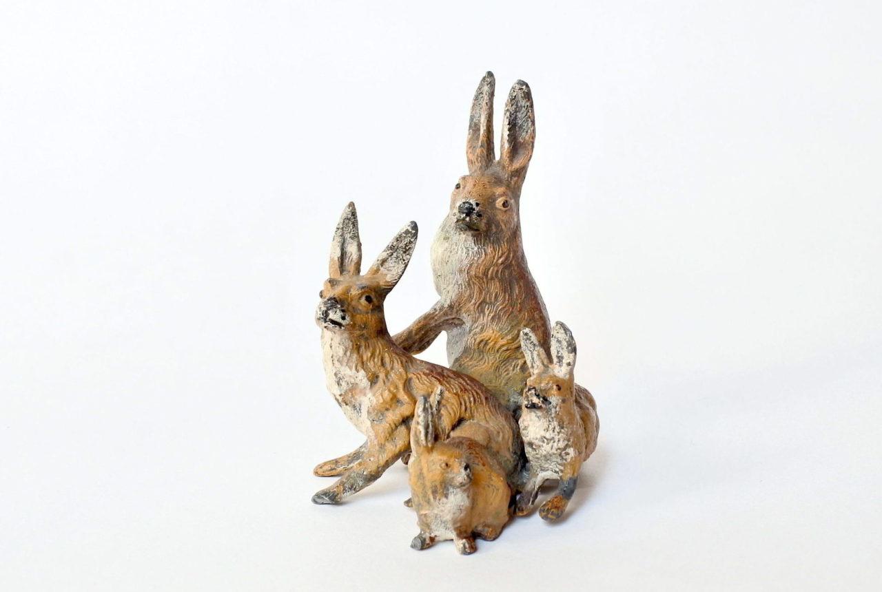 Gruppo di leprotti in piombo di Norimberga policromo