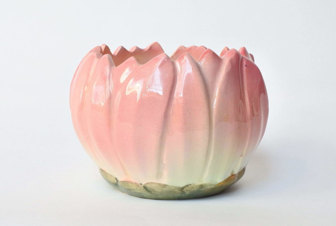 Piccolo cache pot Massier in ceramica barbotine a forma di corolla di fiore