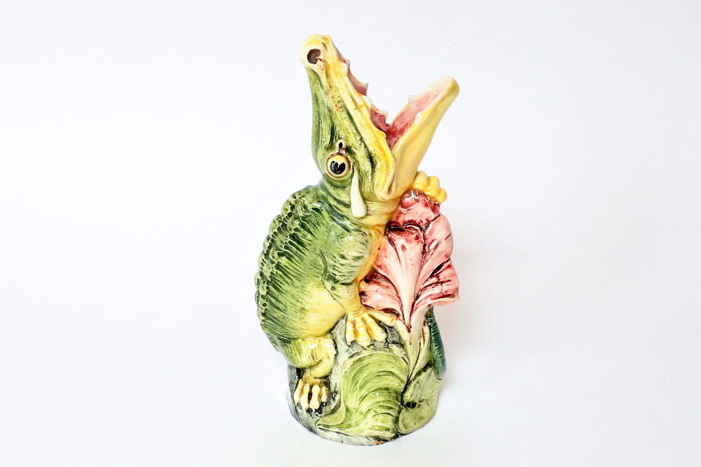 Vaso in ceramica barbotine a forma di coccodrillo con fiore blu frontale - 3