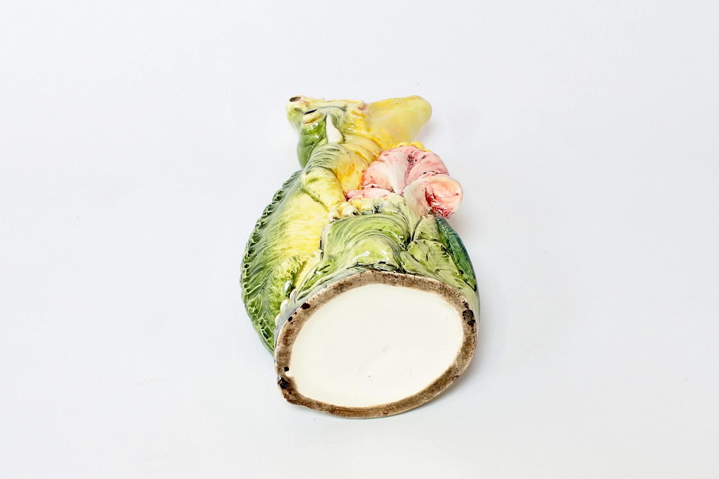 Vaso in ceramica barbotine a forma di coccodrillo con fiore blu frontale - 6