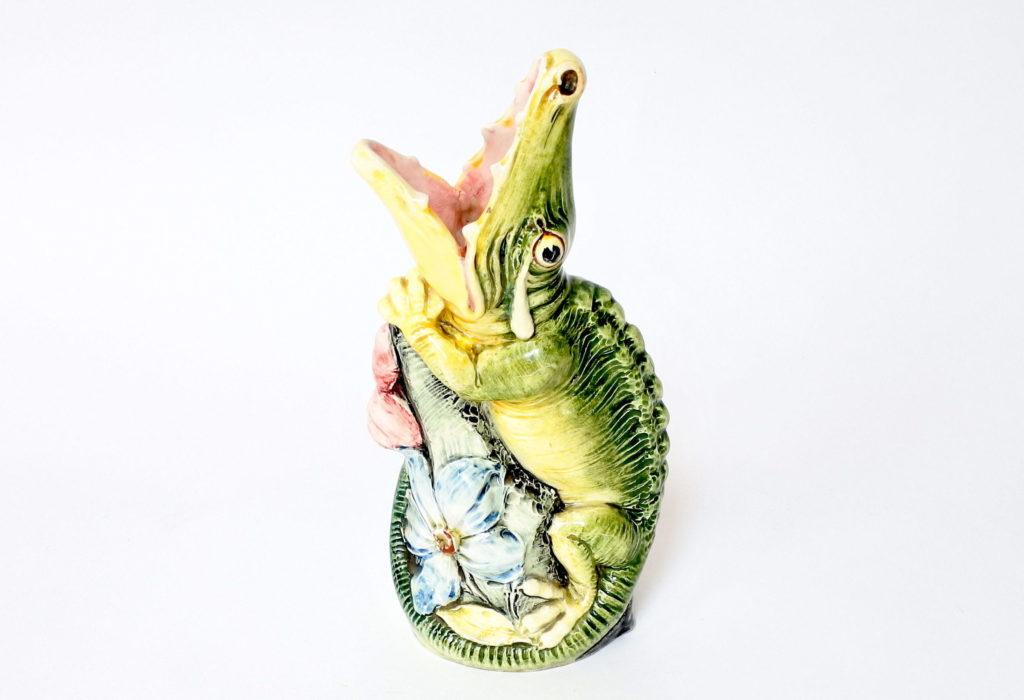 Vaso in ceramica barbotine a forma di coccodrillo con fiore blu frontale
