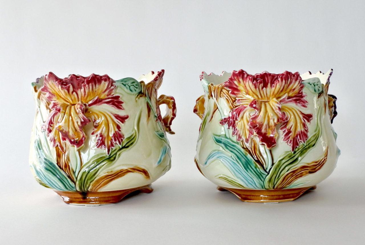 Coppia di cache pot in ceramica barbotine con iris - Onnaing n° 498