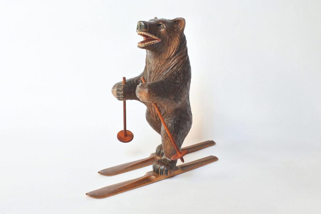 Orso sciatore in legno scolpito foresta nera
