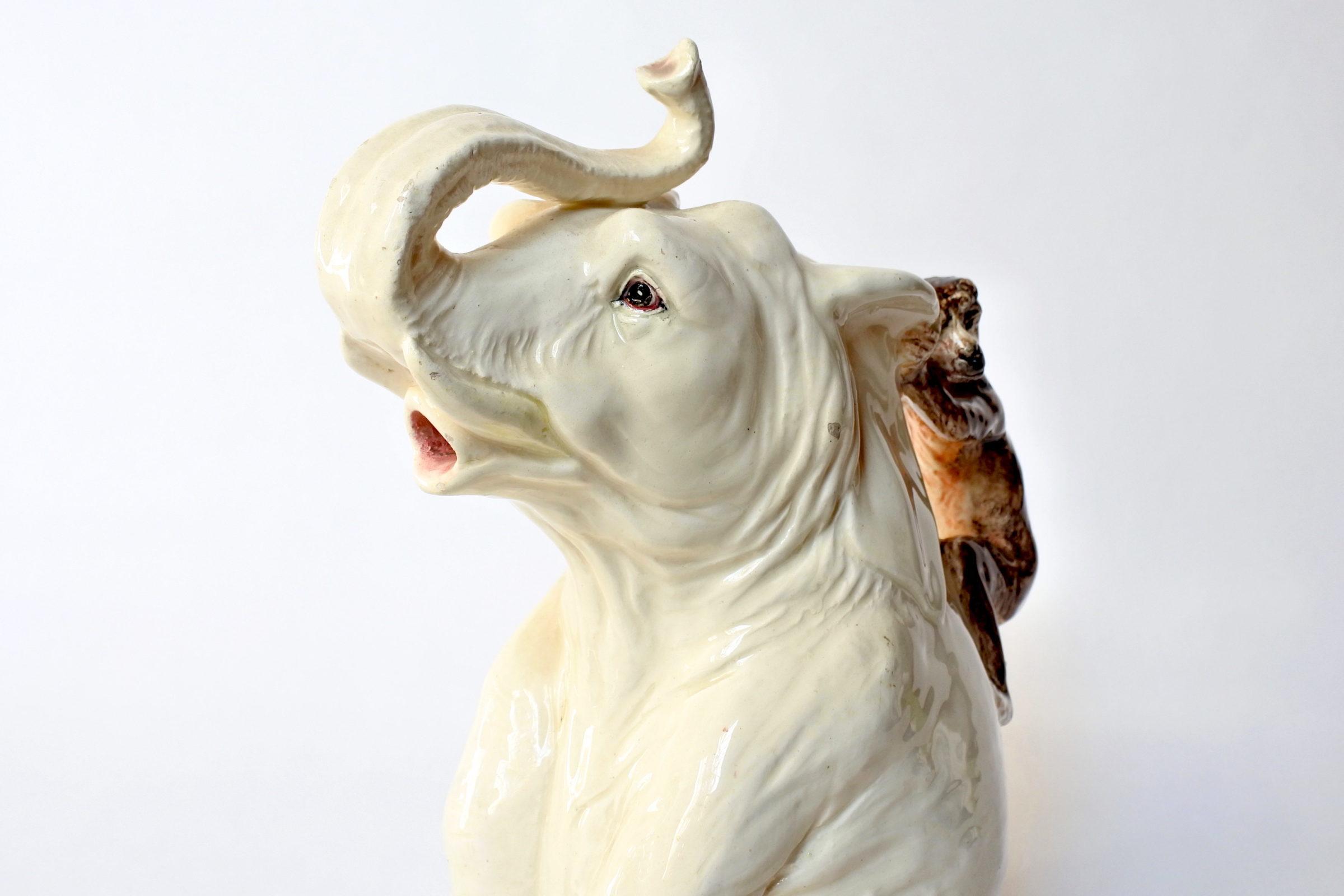 Rarissima brocca Massier in ceramica barbotine a forma di elefante con scimmia - 7