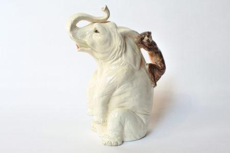 Rarissima brocca Massier in ceramica barbotine a forma di elefante con scimmia