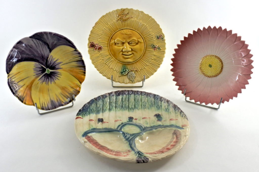 Piatti in ceramica barbotine del periodo Liberty