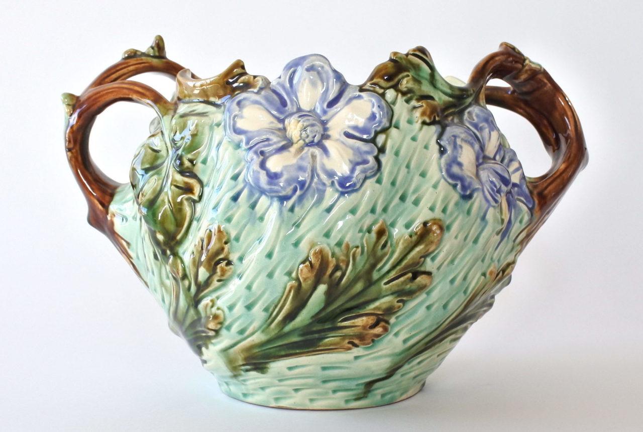 Cache pot in ceramica barbotine con fiori blu su fondo turchese