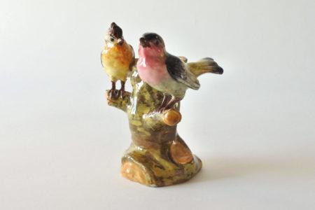Jardinière di Jérôme Massier in ceramica barbotine a forma di tronco con uccellini