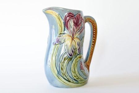 Brocca Orchies in ceramica barbotine con iris su fondo azzurro