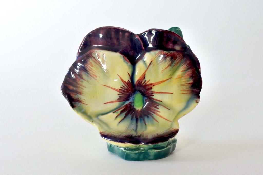 Porta menu Massier in ceramica barbotine con forma di viola del pensiero