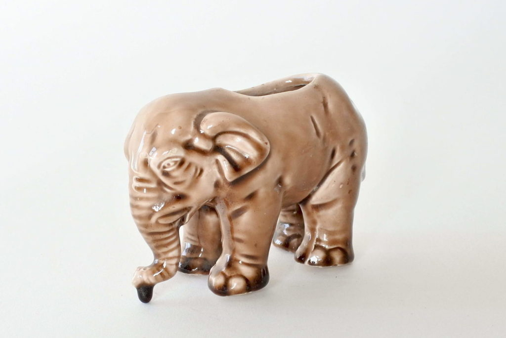 Jardinière Massier in ceramica barbotine a forma di elefante marrone