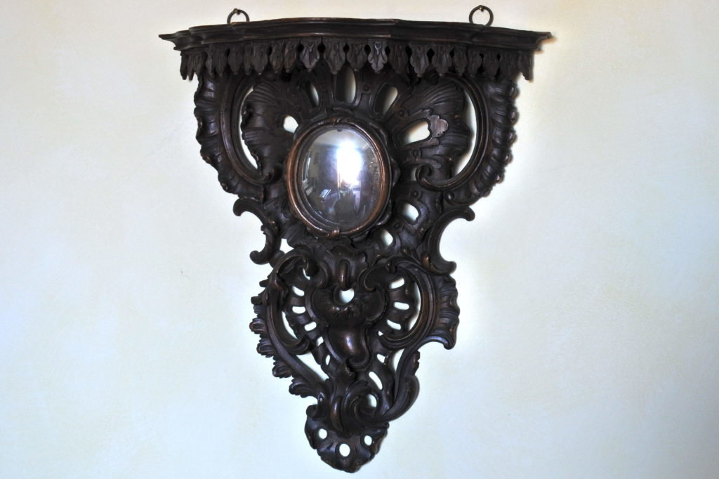 Mensola in legno scolpito con specchio convesso