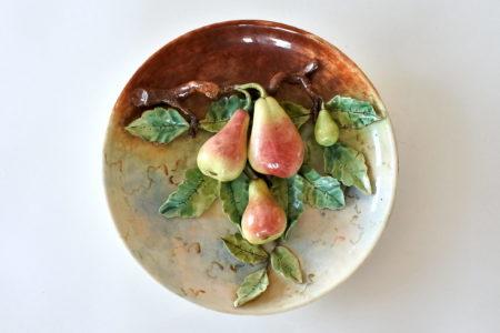 Piatto in ceramica barbotine con ramo di pere e foglie in rilievo