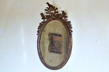 Specchiera antica in legno scolpito dorato a mecca con specchio coevo