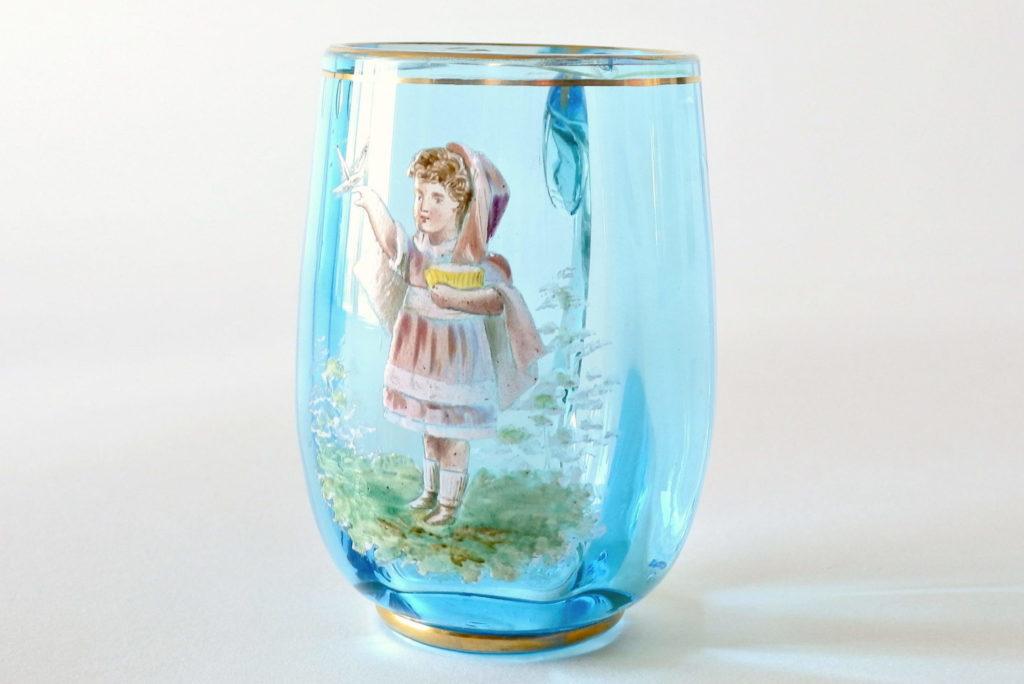 Bicchiere antico in vetro soffiato blu con manico e decoro a smalto
