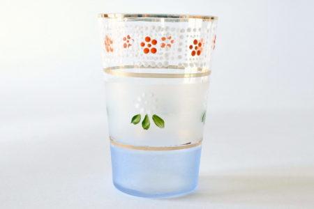 Bicchiere antico in vetro soffiato con bordi in oro e decori a smalto