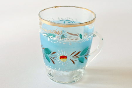 Bicchiere in vetro soffiato con manico e bordo dorato dipinto a mano