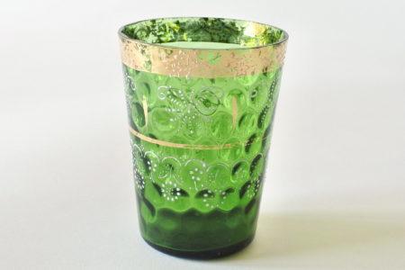 Bicchiere in vetro verde soffiato con lavorazione a bolle e bordi dorati