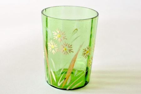 Bicchiere in vetro verde soffiato decorato a smalto