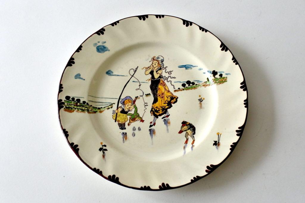 Piatto Creil Montereau in ceramica decorato con rane e figure femminili