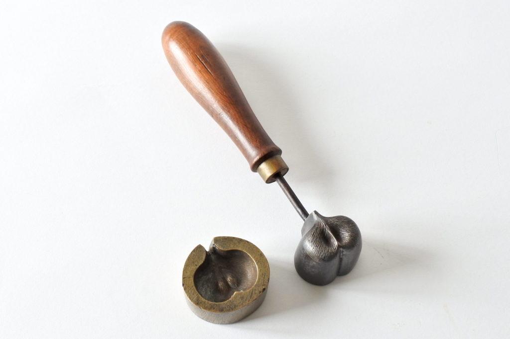 Stampo in ferro e bronzo a forma di castagna per applicazioni in stoffa o lamierino