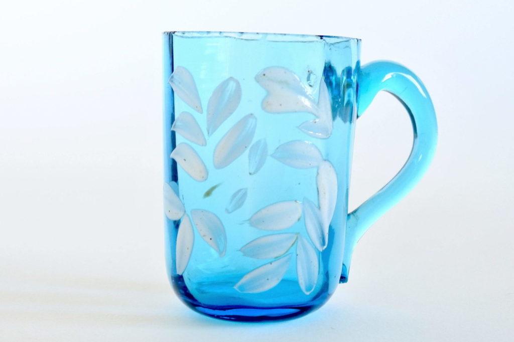 Bicchierino da liquore in vetro soffiato blu con manico e smalti bianchi