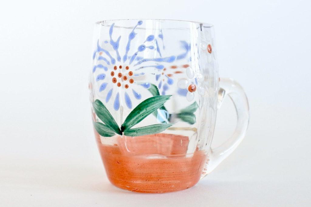 Bicchierino da liquore in vetro soffiato con manico e decoro floreale smaltato