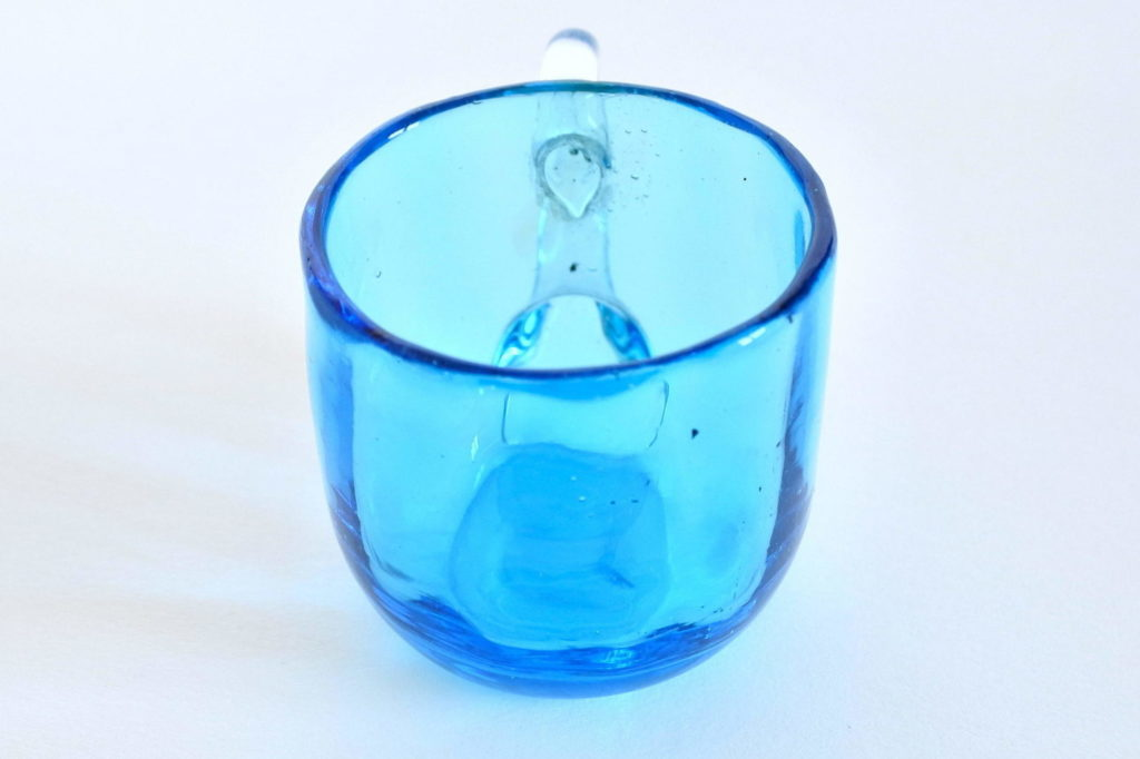 Bicchierino da liquore tondo in vetro soffiato blu e manico bianco - 4