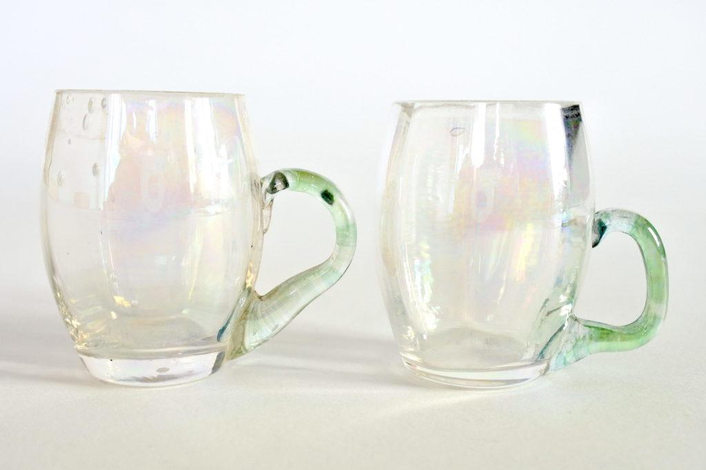 Coppia di bicchierini da liquore in vetro soffiato con manico verde