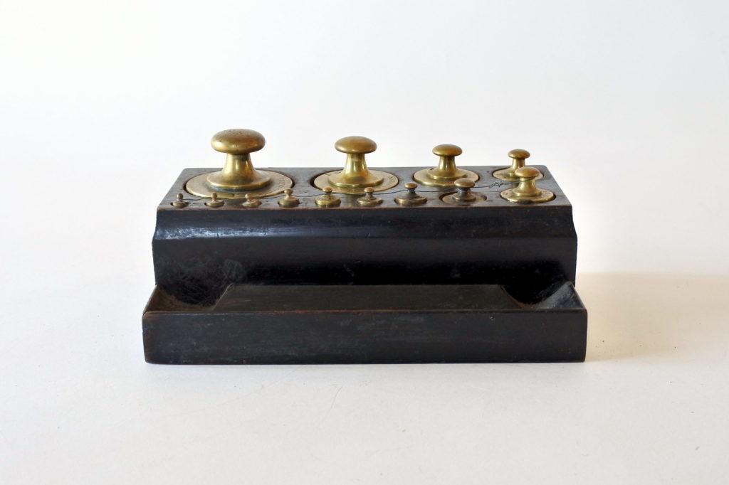 Pesiera antica con pesi in ottone punzonati con base in legno