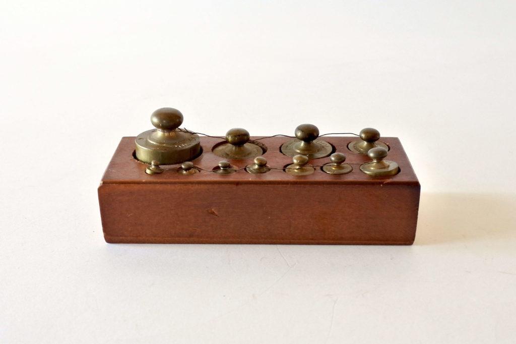 Pesiera con pesi antichi in ottone punzonati