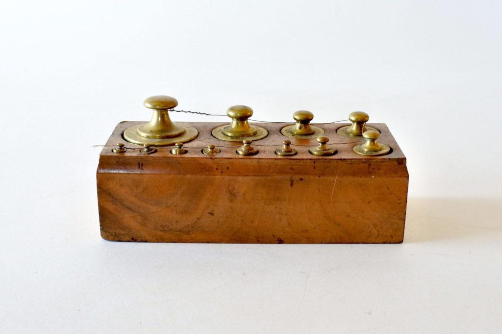 Serie completa di 12 pesi antichi in ottone punzonati