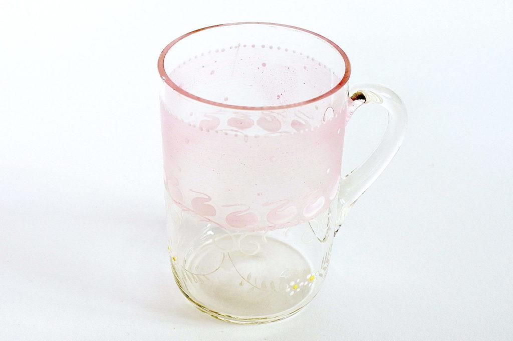 Bicchiere in vetro soffiato trasparente con manico e fascia rosa