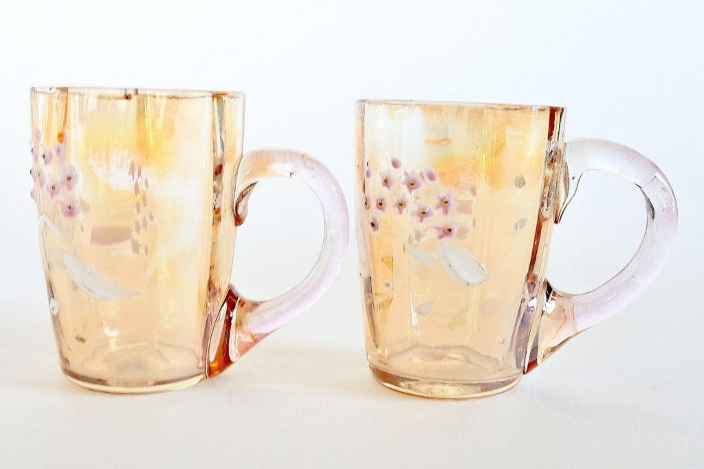 Coppia di bicchierini da liquore in vetro soffiato ambrato con manico