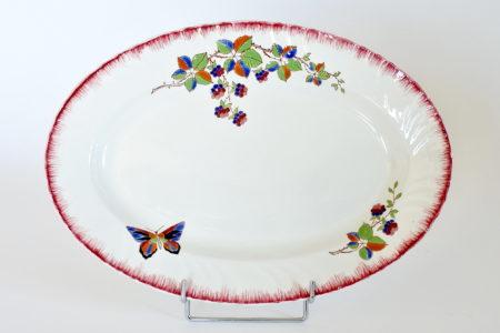 Piatto ovale in ceramica di Longwy con farfalla e rami di more