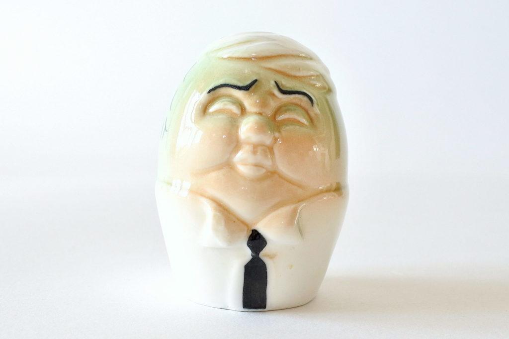 Saliera in ceramica a forma di uovo con volto di uomo