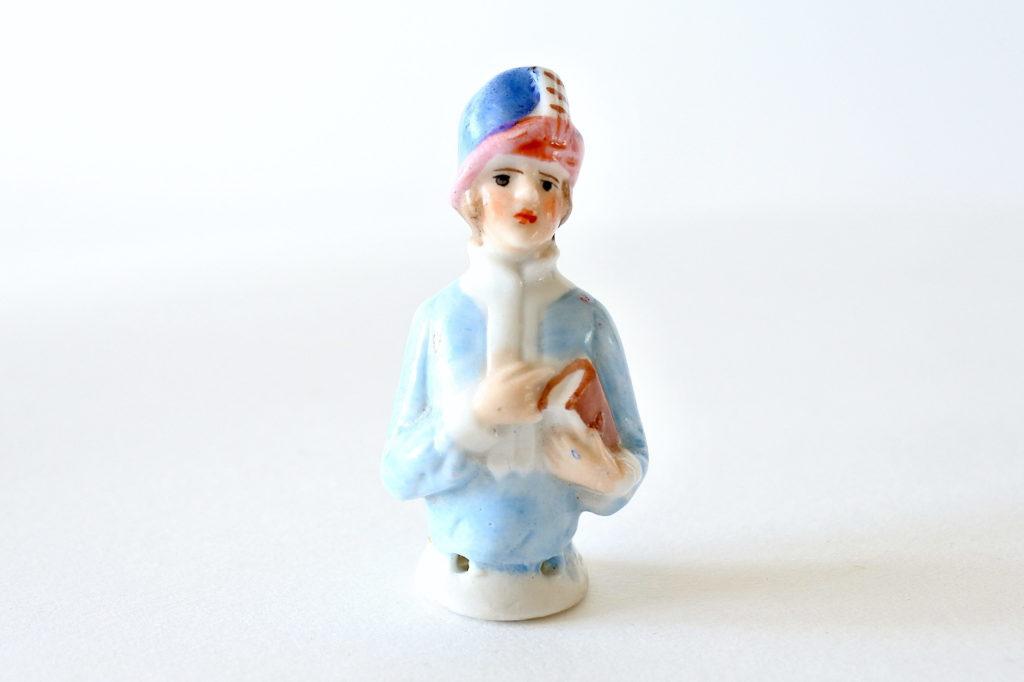 Statuina di donna con cappello in ceramica - demi poupée